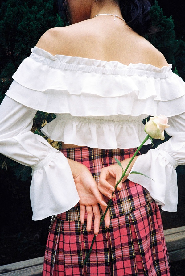 [8월 6일 예약배송] Off-shoulder frill crop blouse (White)
